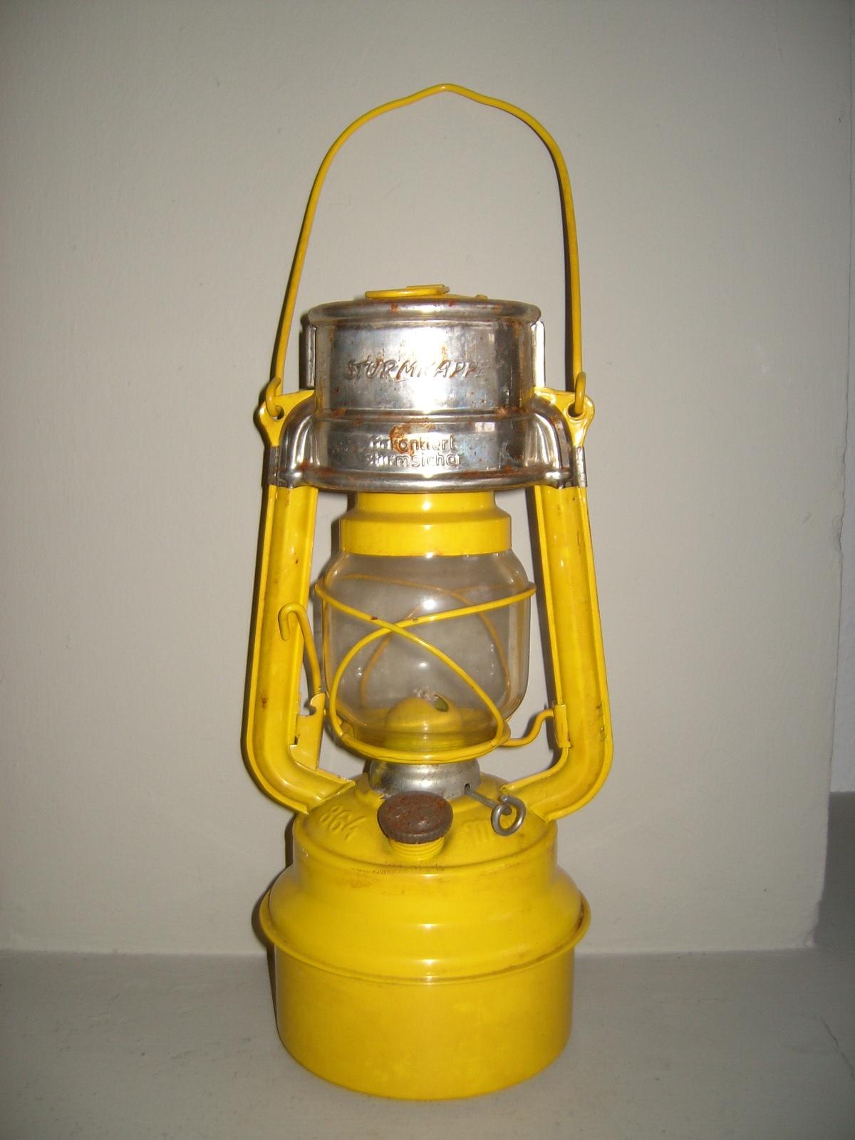 Gelb lackierte Sturmlaterne